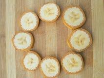 香蕉切在木背景的圈子 免版税库存照片