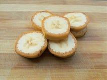 香蕉切在木背景的堆 库存图片