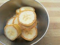 香蕉切在碗的堆 库存照片