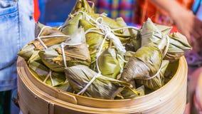 香蕉叶子包裹在街道食物的蒸汽米在曼谷市场上 库存照片
