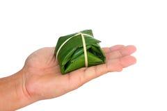 香蕉叶子材料一从自然的在手中适用于包装的点心,堆泰国点心 免版税库存照片
