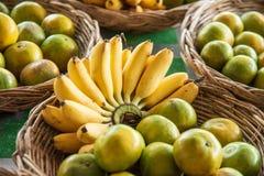 香蕉和桔子在水果摊 库存图片