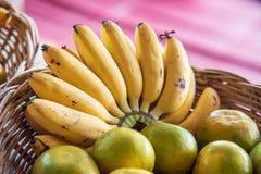 香蕉和桔子在水果摊 免版税库存照片