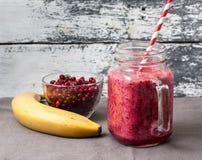 香蕉和莓果圆滑的人  图库摄影