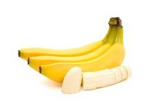 香蕉和香蕉切片与裁减路线在白色 免版税库存照片