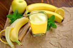 香蕉圆滑的人& x28; juice& x29;并且在桌上的香蕉-健康饮料& x28; 健康beverage& x29; 库存照片