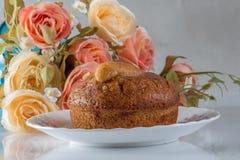 香蕉在白色背景的杯子蛋糕与花 图库摄影