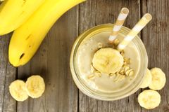 香蕉在看法上的燕麦粥圆滑的人 免版税库存图片
