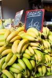 香蕉在水果市场上 免版税库存图片