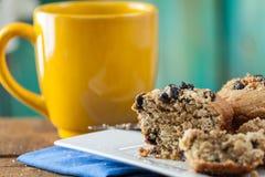 香蕉坚果松饼供食用咖啡在葡萄酒Ru的早餐 图库摄影