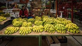 香蕉待售在Paloquemao水果市场上 免版税图库摄影