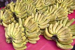 香蕉新鲜的词根在亚洲市场,印度上 库存图片