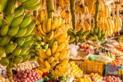 香蕉束在一个局部市场上 库存照片
