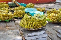 香蕉束在街市上 免版税库存照片