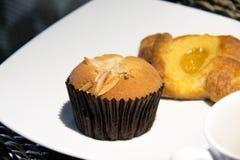 香蕉杯子蛋糕和新月形面包 库存照片