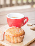 香蕉杯子蛋糕和浓咖啡 免版税库存图片