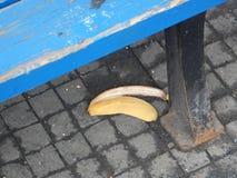 香蕉果皮rubish在街道上 图库摄影