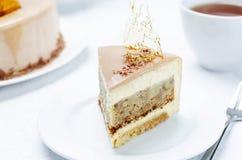 香蕉焦糖与牛奶巧克力釉的奶油甜点蛋糕 库存图片