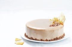 香蕉焦糖与牛奶巧克力釉的奶油甜点蛋糕 库存照片