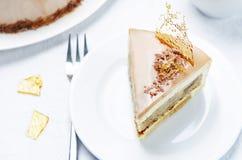 香蕉焦糖与牛奶巧克力釉的奶油甜点蛋糕 免版税库存图片