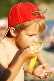 香蕉男孩吃一点 免版税库存照片
