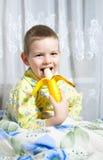 香蕉男孩吃 库存照片