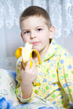 香蕉男孩吃 免版税库存图片