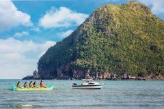 香蕉船和秀丽海岛白天 免版税库存照片