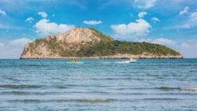香蕉船和秀丽海岛白天 免版税库存图片