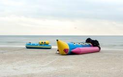 香蕉船在海滩放置 免版税库存照片