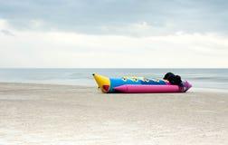 香蕉船在海滩放置 免版税库存图片