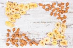 香蕉芯片和杏仁当来源维生素、碳水化合物和饮食纤维 免版税库存图片