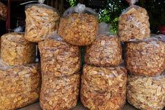 香蕉芯片当沿乡下罗阿的街道食物被找到的待售 免版税库存图片
