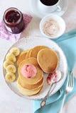 香蕉薄煎饼用蜂蜜和焦糖的香蕉,果子冰糕 免版税库存照片