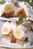 香蕉蛋糕片断与奶油关闭的在桌上 免版税图库摄影