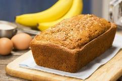 香蕉面包大面包与成份的 免版税库存照片