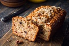 香蕉面包大面包用燕麦、核桃和巧克力 免版税库存图片