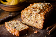 香蕉面包大面包用燕麦、核桃和巧克力 库存图片