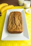 香蕉面包用香蕉、牛奶和黄油在背景中 免版税库存图片