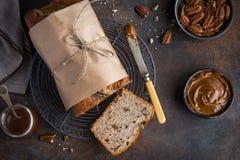 香蕉面包 胡桃和焦糖香蕉大面包蛋糕 免版税库存照片