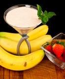香蕉鸡尾酒新鲜的s草莓 免版税库存图片