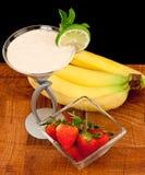 香蕉鸡尾酒新鲜的s草莓 库存图片