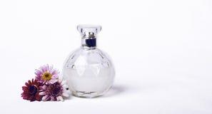 香水和花 免版税库存图片