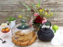 香水月季和曲奇饼静物画 库存照片
