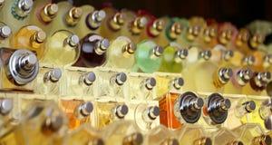 香水瓶在做香水和芬芳的公司中 免版税图库摄影