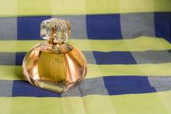 香水瓶由玻璃和塑料制成 免版税库存图片
