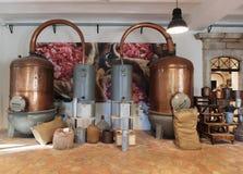 香水的生产的古老蒸馏器在Fragonard fac的 免版税库存照片