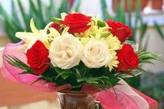 香水 花芬芳 植物布置 与英国兰开斯特家族族徽、菊花和百合的可爱的充满香气的花束在陶瓷花瓶 库存图片
