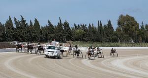 马上马具的赛马比赛自动启动 库存照片