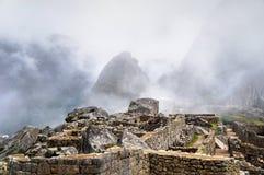 马丘比丘废墟和山在雾 免版税库存图片
